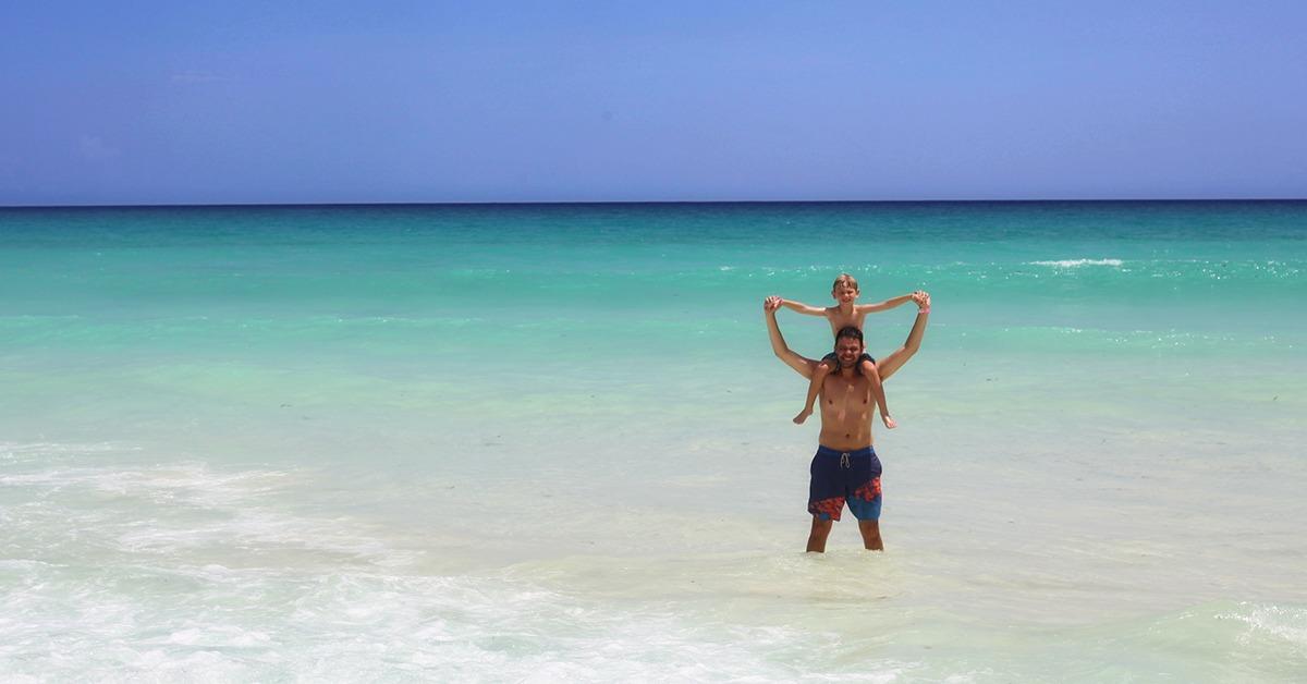 Mar azul turquesa em Barbados com Crianças
