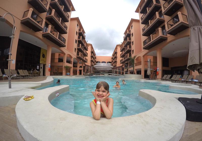 Como é ficar no Jurerê Beach Village: Alice na piscina