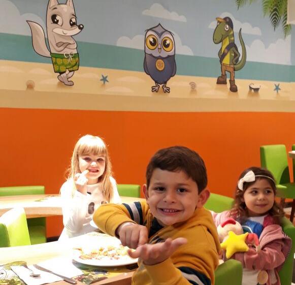 Day Use no Costão do Santinho: crianças jantando