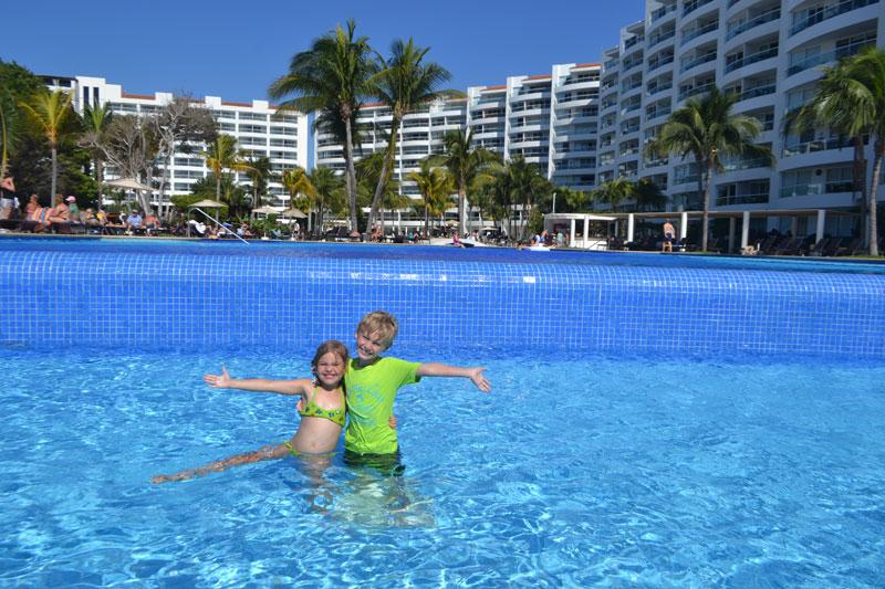 Farmacinha com remédios para viagem: crianças na piscina