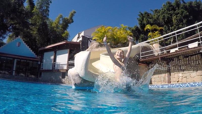 Teresópolis com crianças: Alex descendo no toboágua da piscina