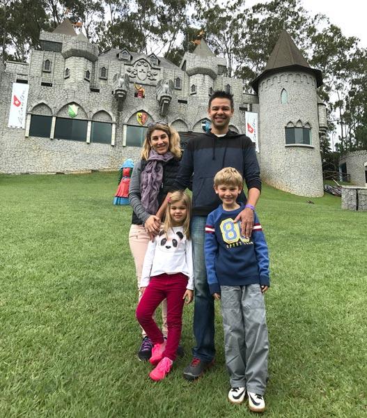Teresópolis com crianças: Ases em frente ao castelo medieval