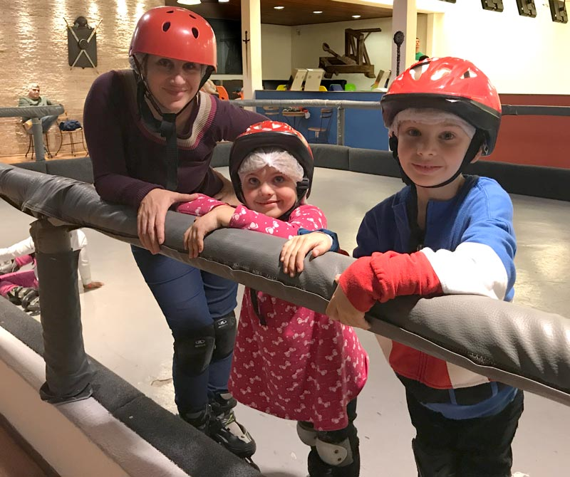 Teresópolis com crianças: crianças patinando no Castelo Medieval