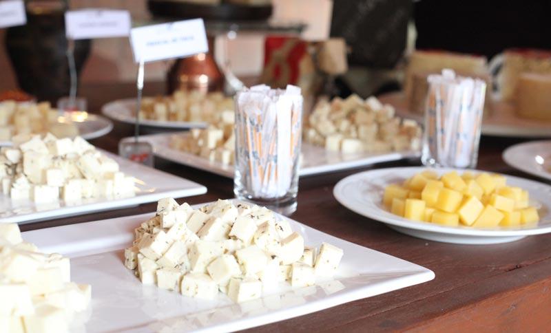 Teresópolis com crianças: mesa de queijos na queijaria