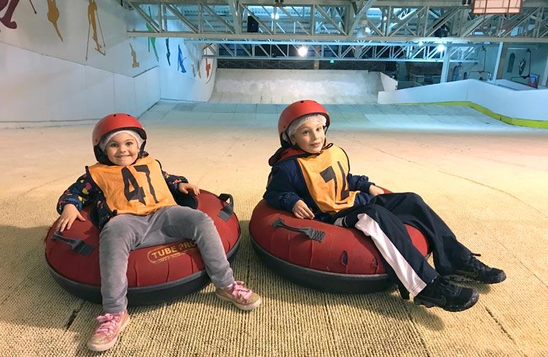 Teresópolis com crianças: Alex e Alice sentados nas boias canadenses