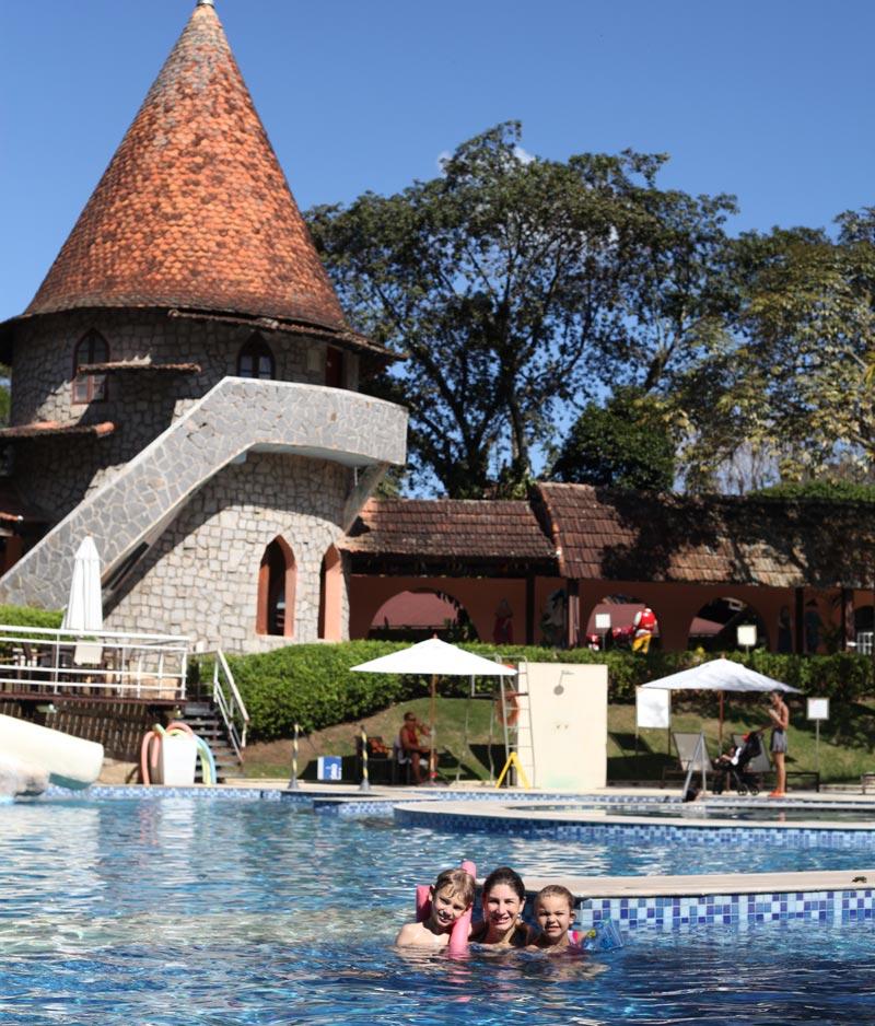 Teresópolis com crianças: Ana, Alex e Alice na piscina de raia