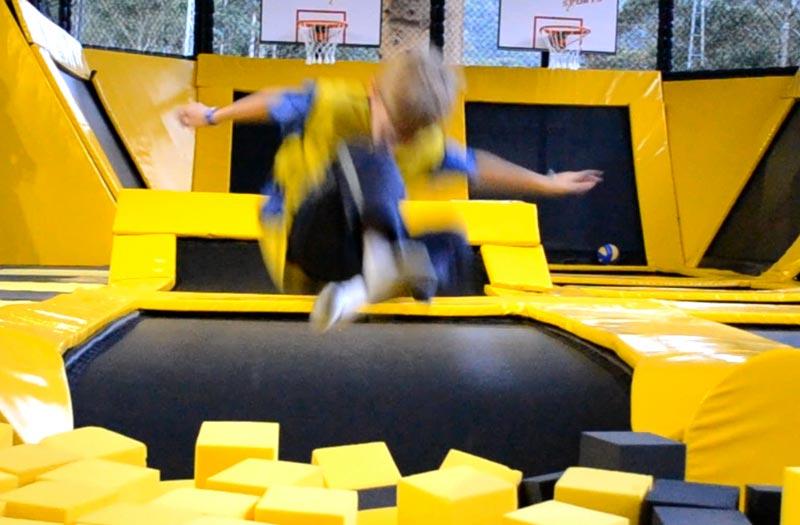 Teresópolis com crianças: Alex pulando no Just Jump
