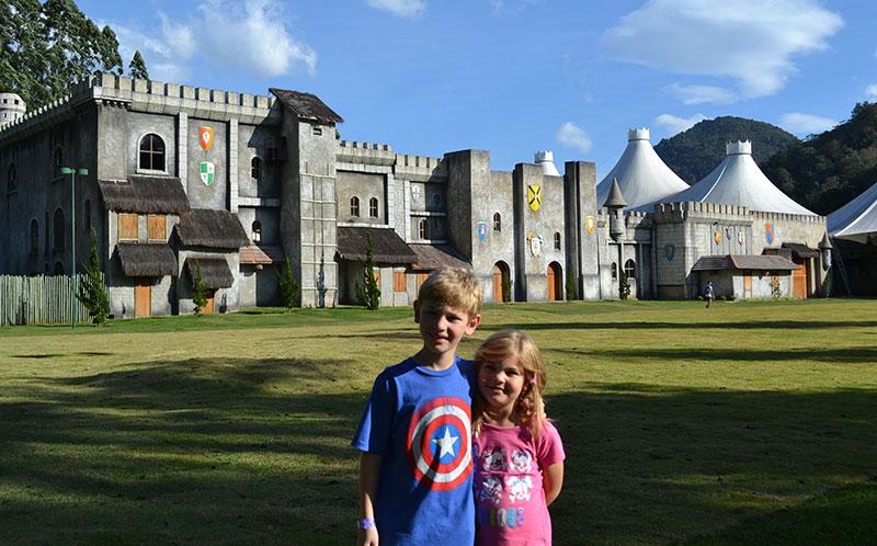 Teresópolis com crianças: Alex e Alice em frente ao Castelo Mont Blanc