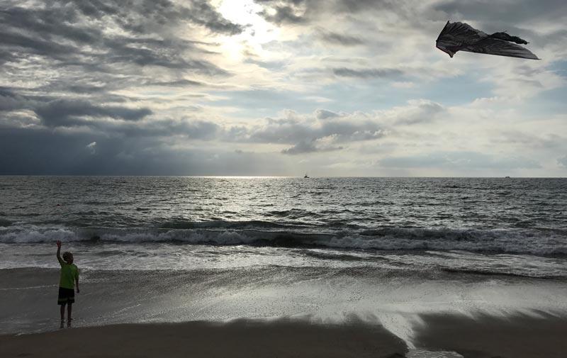 Onde ficar em Puerto Vallarta: Alex empinando pipa na praia no Now Amber