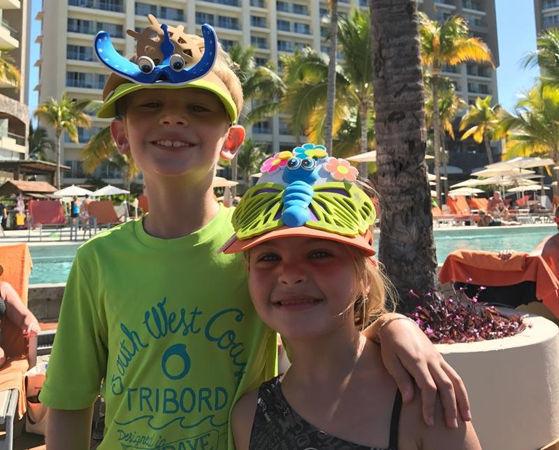 Onde ficar em Puerto Vallarta: Crianças com viseiras do Explorer's Club no Now Amber