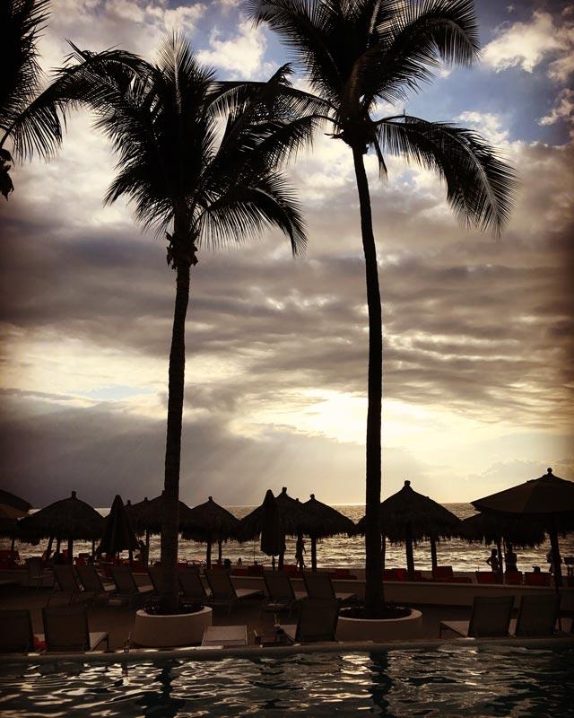 Onde ficar em Puerto Vallarta: pôr do sol nas piscinas no Now Amber