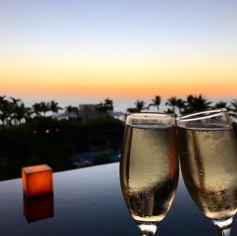 Onde ficar em Puerto Vallarta: Brinde no deck do lobby no Now Amber