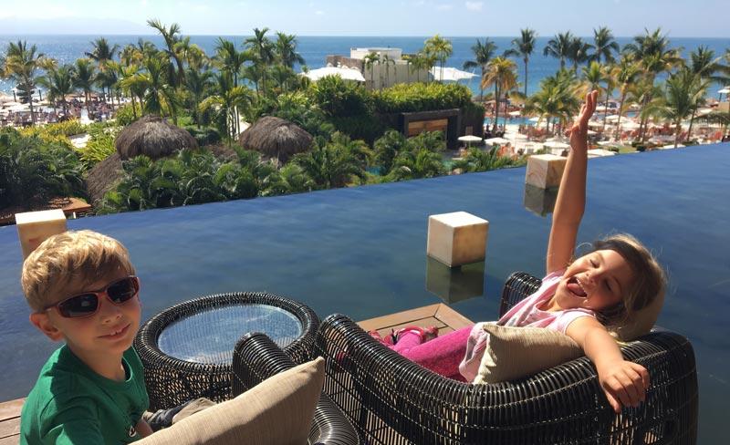 Onde ficar em Puerto Vallarta: Alex e Alice no deck do lobby no Now Amber