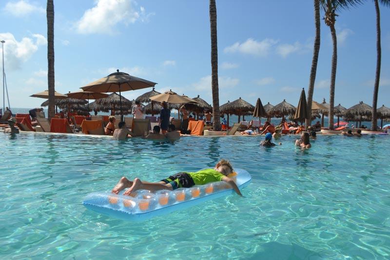Onde ficar em Puerto Vallarta: Alex na pisicna em frente a praia no Now Amber