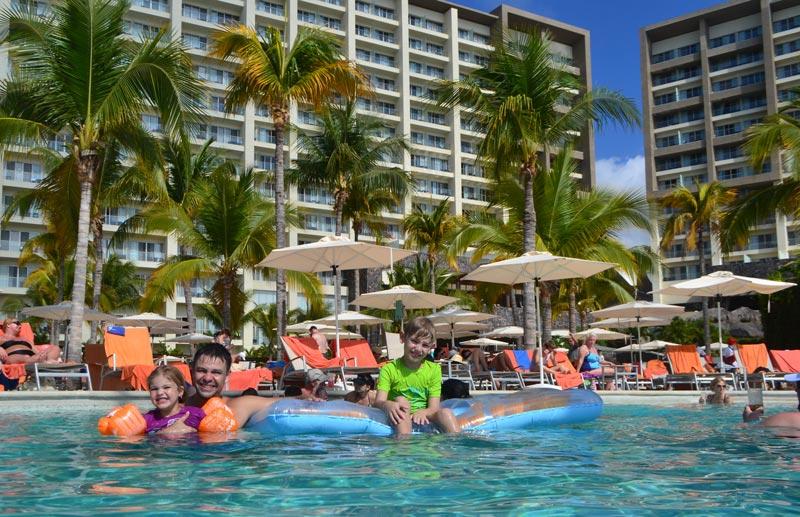 Onde ficar em Puerto Vallarta: crianças curtindo a piscina no Now Amber