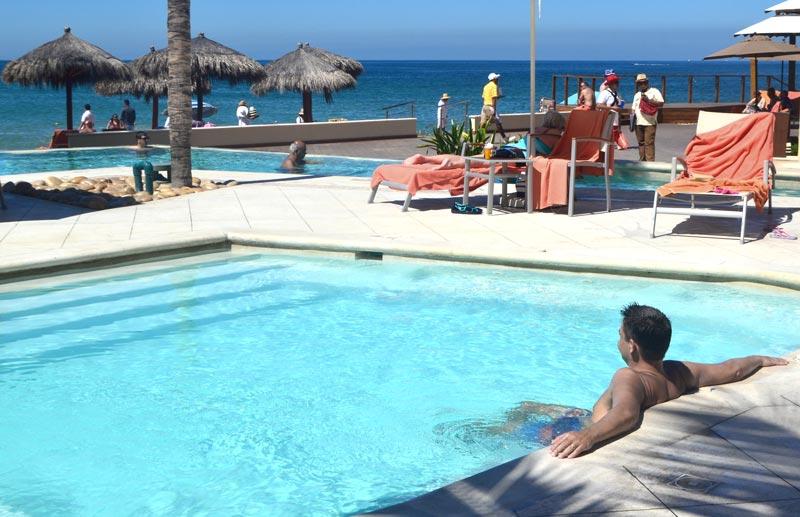 Onde ficar em Puerto Vallarta: Papai relaxando na pisicna no Now Amber