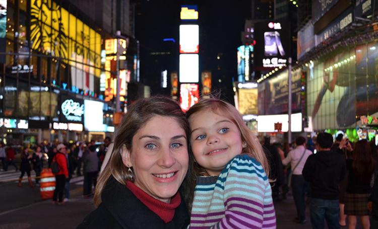 Broadway com crianças: Ana e Alice em frente ao teatro do Rei Leão