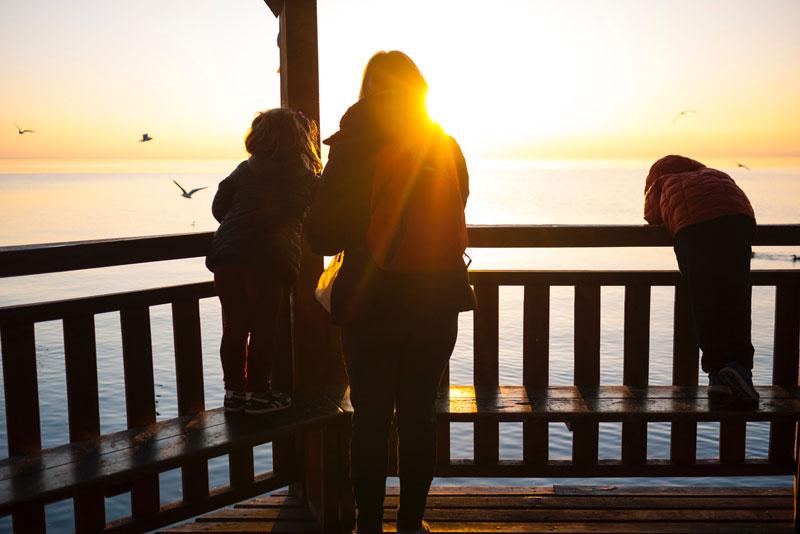 Como fazer Intercâmbio em Família? Família vendo pôr do sol